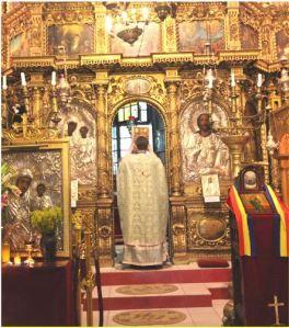 Parintele Mihai Gojgar in fata altarului